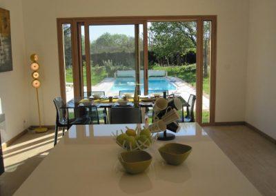 Cuisine avec vue sur la piscine